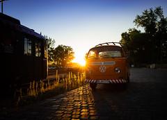 Volkswagen T2 im Sonnenuntergang (Ni1050) Tags: sony ni1050 extraschicht 2019 nahverkehrsmuseum dortmund volkswagen t2 sonnenuntergang vw bulli bully auto car luftgekühlt e25mmf2 25mm zeiss batis ww ilce7rm2 a7rm2 a7rii typ2 aircooled strasenbahn tram museum do ruhrgebiet kohlenpott pott