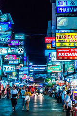 Soi Thaniya (Hiro_A) Tags: bangkok thailand thaniya street signboard people night sony rx100m3