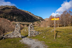 Puerta abierta (SantiMB.Photos) Tags: 2blog 2tumblr 2ig artigadelin esbòrdes valldaran valdaran pirineos pyrenees lleida camino way path sendero montañas mountains otoño autumn geo:lat=4267830381 geo:lon=070967009 geotagged bordeses cataluna españa