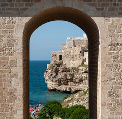 You use a glass mirror to see your face; you use works of art to see your soul - Polignano a Mare - Apuglia - Italy (Antonella Foti) Tags: apuglia polignano polignanoamare mare poesia arte romanticismo romantic cornice panorama scogli