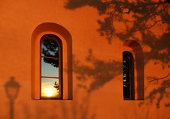 A night at the monastery (Le.Patou) Tags: window fenêtre toscana tuscany italia shadow ombre soleilcouchant sunset monastery toscane couvent mur wall reflet reflect orange iitaly italie