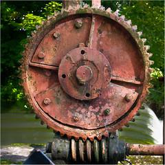 Altes Wehrhebewerk an der Würm (Janos Kertesz) Tags: gear old metal iron technology machine industry steel rusty industrial wheel mechanical transmission mechanism wasserwehr würm gauting bayern