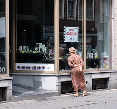 p0892 (pittrax) Tags: pittrax solden turnhout belgium streetphotography woman shopwindow colorimage