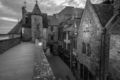 Le Mont-Saint-Michel I (graufuchs) Tags: europa europe france frankreich normandie normandy montsaintmichel kloster berg hill monastery blackandwhite monochrome monochrom fuji fujifilm fujifilmxe3 lr lightroom wideangle 16mm