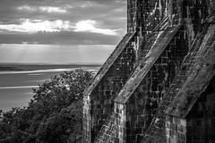 Le Mont-Saint-Michel III (graufuchs) Tags: europa europe france frankreich normandie normandy montsaintmichel kloster berg hill monastery blackandwhite monochrome monochrom fuji fujifilm fujifilmxe3 lr lightroom tele telelens 50mmf2 50mm