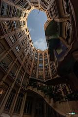 Casa Milà ... Antoni Gaudí (capellini.chiara) Tags: catalunya ciel himmel sky cielo building gebäude bâtiment antonigaudí lapedrera casamilà edificio architektur arquitectura mimari architettura architecture cennet barcellona barcelona spanien espagne spain spagna
