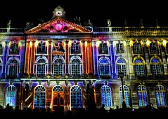10 - Nancy, Place Stanislas - Son et lumière (melina1965) Tags: grandest lorraine juillet july 2019 nancy panasonic lumix dmctz57 meurtheetmoselle light lumière nuit night façade façades fenêtre fenêtres window windows horloge horloges clock clocks