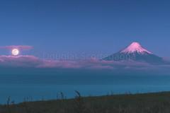 Uma pequena surpresa (Doug Scortegagna) Tags: landscape volcano mountain moon sky night longexposure chile puertovaras surdechile volcan green light southamerica amazing nature wild travel trip outdoors