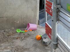 Overal kan het (Merodema) Tags: street straat opgebroken speelgoed spelen kind child anywhere play