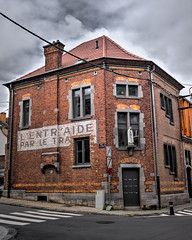 La maison du coin (Jean-Marie Lison) Tags: x100t namur carrefour statue hdr
