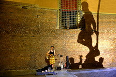 Der Frauenwirt (ploh1) Tags: frau musikantin strasenmusikantin strasenmusik sängerin schatten mauer gros klein statue nachtaufnahme bologna italien beleuchtet licht streephoto jung mensch person