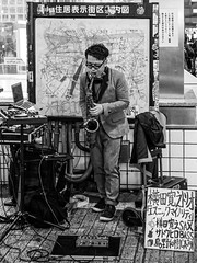 Saxophonist in Shibuya - Tokyo (thomas1o1malley5) Tags: street streetphotography tokyo shibuya bw blackandwhite musician saxophonist streetartist artist