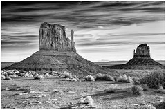 - Good morning, Monument Valley - (no. 2) (claudiov958) Tags: arizona biancoenero blancoynegro claudiovaldés černýabílý landscape monumentvalley noiretblanc paisaje pretoebranco utah blackwhite czarnyibiały schwarzundweiss черноеибелое ngc dawn