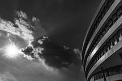 A hot day in the city (Iso_Star) Tags: sony ilce7m3 e2875mmf28 wolken sky himmel sonne sun clouds architektur gebäude building bw monochrome schwarzweiss tamron city düsseldorf architecture