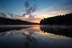 Lac de Guerlédan (Faouic) Tags: france bretagne morbihan guerlédan lac leverdesoleil reflet réflection nuage