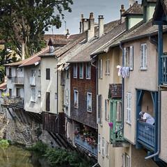 Vue sur la rivière (Lucille-bs) Tags: europe france bourgognefranchecomté jura arbois architecture habitation rivière cuisance homme balcon façade volet franchecomté fenêtre