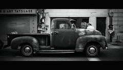 UN HOMME IMPATIENT (vincenadmath) Tags: voiture gmc ford noir black blanc white homme chapeau urbain rue street vincenadmath ricoh gr