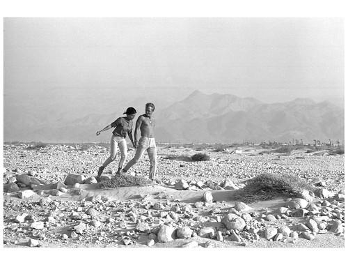 Steve McQueen y Neilie Adams, su primera esposa, en el desierto de California, 1963. Foto de John Dominis