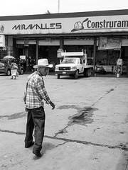 Miravalles (Marcos Núñez Núñez) Tags: street streetphotography streetphotographer national calle fotografíacallejera galaxya50 blancoynegro byn blackandwhite monochrome sombrero hombre señor photowalk mx oaxaca tuxtepec