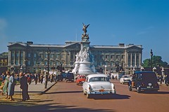 Buckingham Palace (Riex) Tags: buckingham palace victoriamemorial statue car auto automobile voiture bâtiment building london londres angleterre england uk unitedkingdom royaumeuni diapo slide film kodachrome 1958