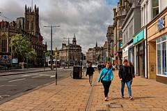 Edinburgh / Princes St. (Pantchoa) Tags: édimbourg ecosse europe royaumeuni grandebretagne rue princes princesst trottoir stjohnschurch église saintjean perspective immeubles personnes nuages couple photoderue halifax architecture