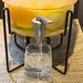 Frische Limonade wird in ein Glas gezapft in Osho's Place, Köln
