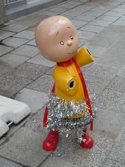 Vrolijk (Merodema) Tags: popje klein vrolijk versierd straat street city
