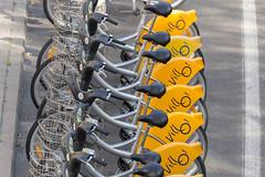 Reihe von Villo! Elektrofahrrädern zu mieten auf einer Straße von Brüssel, Belgium