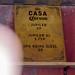 Gelber Schild zeigt das Bier-Angebot auf dem Tomorrowland Festival