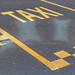 Gelbe Straßenmarkierung auf dem Asphalt zeigt die Taxistation in Brüssel, Belgien
