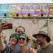 Zwei Frauen machen ein Selfie mit dem 'Welcome to Tomorrowland' Schild auf dem Tomorrowland Festival in Belgien