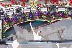 Conro screams and makes the partypeople dance in the Rose Garden stage at Tomorrowland