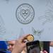 Frau macht Foto von Cupcake zum 15-jährigen Jubliäum vor Schild