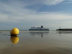 Reflets sur la plage de Blériot Plage. (daviddelattre) Tags: plage bateau bouée phare mer eau ciel bleu nuage reflet photo