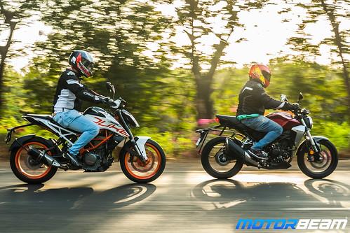 Honda-CB300-R-vs-KTM-Duke-390-17