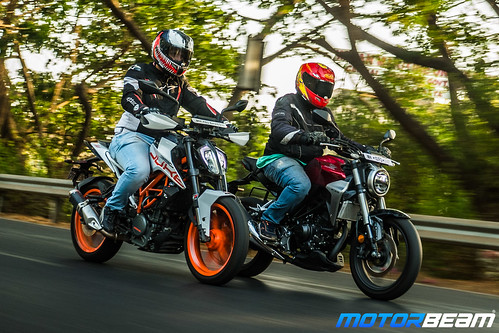 Honda-CB300-R-vs-KTM-Duke-390-16