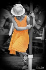 La petite fille au parasol (mg photographe) Tags: orange fille girl parasol chapeau couleur monochrome