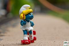 Schlumpfine unterwegs auf der Skatestrecke (Stefan's Gartenbahn) Tags: schlumpfine rollschuhfahren rollerblades inliner smurf smurfette toy spielzeug