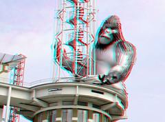 Baboe by Lisa Roet in APELDOORN 3D (wim hoppenbrouwers) Tags: apeldoorn 3d anaglyph stereo redcyan gorilla stadhuis baboe aap lisaroet toren kingkong d7000 18200