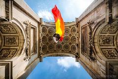 Sous les arcades du Cinquantenaire à Bruxelles (BE) (Cédric Mayence Photography) Tags: bruxelles brussels cinquentenaire belgique belgium belgie belge 21juillet fetenationaledebelgique architecture arcade drapeau drapeaubelge noirjaunerouge noir jaune rouge rooftop