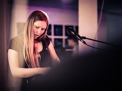 Nika Jonsson (designladen.com) Tags: annikajonsson konzert concert live p7193855 olympusem1markii olympus olympusm45mmf12 45mm