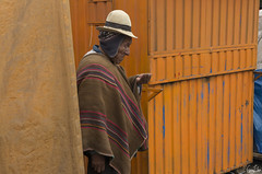 Combien me reste-t-il? (Rosca75) Tags: bolivia costume hat lifescene men oldmen people peoplewithhat streetphotography tradition poor dude guy bolivian pancho