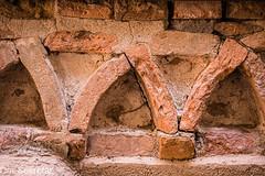 In den Gassen von Morcote --- In the alleys of Morcote (der Sekretär) Tags: backsteine bogen cantonticino detail kantontessin mauerwerk morcote mörtel schweiz stein steine switzerland tessin ticino ziegel ziegelsteine alt arc brick bricks closeup gemauert lasuisse mortar old stone wall