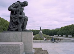 Sowjetischer Ehrenmal (triebensee) Tags: bronica rf645 zenzanon 65mm f4 kodakportra400 cinestillc41 epsonv700 selfdeveloped film berlin treptower park