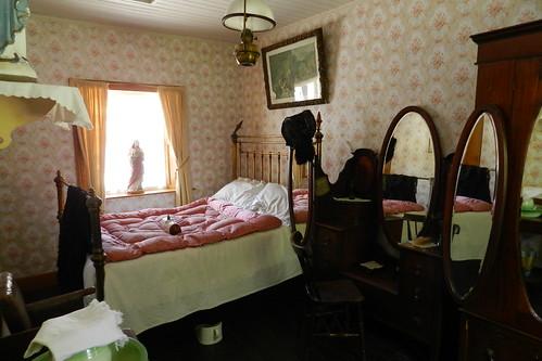 dormitorio interior de casa campesina Parque Folklorico de Bunratty Folk Park Republica de Irlanda 01