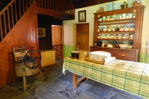 cocina antigua lavadora interior de casa campesina Parque Folklorico de Bunratty Folk Park Republica de Irlanda