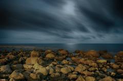 Noche relajante (candi...) Tags: nocturna noche playa mar rocas piedras naturaleza nature cielo nubes largaexposición sonya77ii