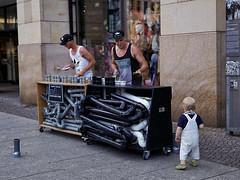 Strassenmusik (ingrid eulenfan) Tags: leipzig zentrum city strassenmusiker zuschauer sonyalpha6000 sigma30mmf14 sony 30mm steetfotografie streetphotography