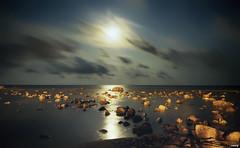 Noche empedrada (candi...) Tags: nocturna noche largaexposición cielo rocas piedras nubes luna mar agua naturaleza nature airelibre sonya77ii