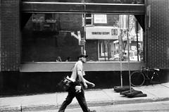 J'étais concentrée et je ne l'ai pas vu arrivé... (woltarise) Tags: montréal ruelle building vitre reflets passant quartierlatin argentique fp4 ilford film sekor1748mm superdeluxe mamiya